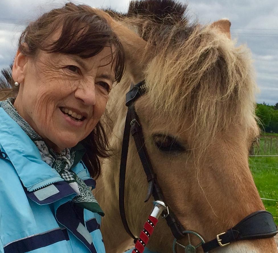 Portrait einer Frau mit einem Pferd.